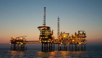 Petróleo cerró con la mayor suba diaria en seis años