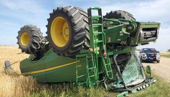 """""""Drunk farmer"""": salió a dar una vuelta en la cosechadora y terminó volcado (y preso)"""