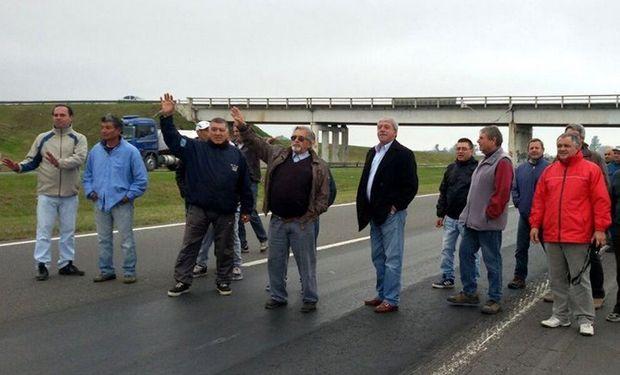En Villa Constitución, productores cortaron la autopista Rosario-Buenos Aires y prometieron endurecer sus reclamos. Foto: Prensa E.Buzzi