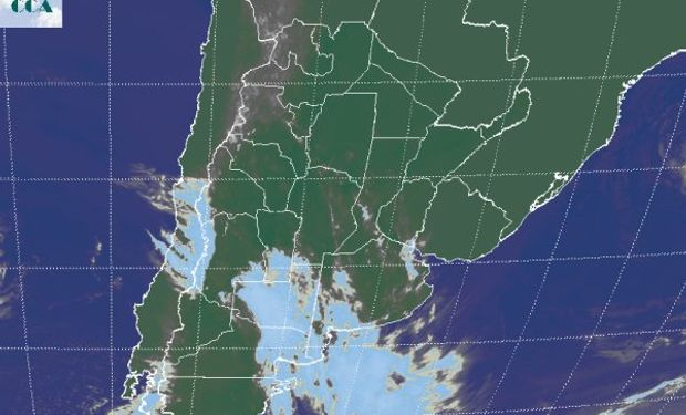 La imagen satelital muestra coberturas nubosas asociadas al brazo activo de un sistema frontal que es impulsado por un sistema de baja presión.