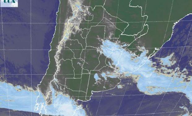 Se observa el avance de la banda nubosa sobre el noreste de la región pampeana, con mayores desarrollos nubosos en zonas de Uruguay.
