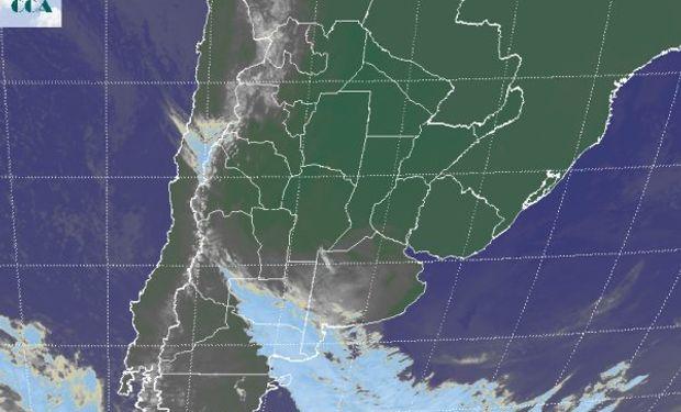 En la foto satelital se perfila el ingreso del frente por el sudoeste de la región pampeana.