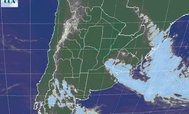 En la imagen satelital puede apreciarse como el sistema frontal con su baja presión asociada, se está desplazando hacia el este sudeste.