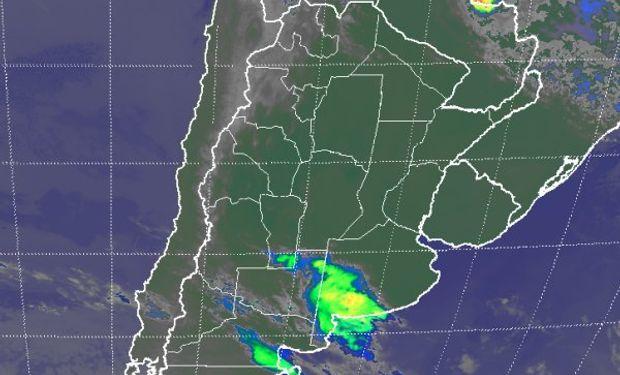 En el recorte de imagen satelital, se observan nubes que intentan desplegarse en un entrone poco favorable.