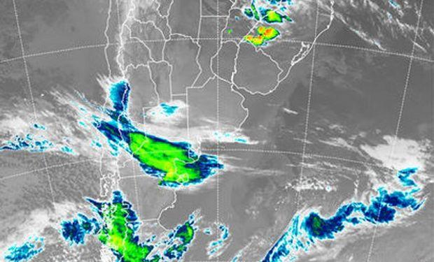 Se detectan con facilidad las zonas de mal tiempo inconexas, separadas por el área estable del centro del país.