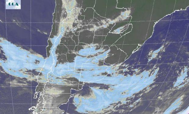 El recorte de la Imagen Satelital deja ver como la primera de una serie de perturbaciones que ingresan desde el oeste.