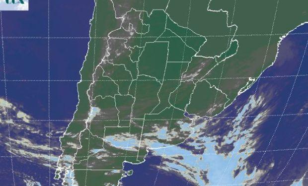 La imagen satelital muestra el tránsito de la nubosidad más homogénea, por el sur de la región pampeana.