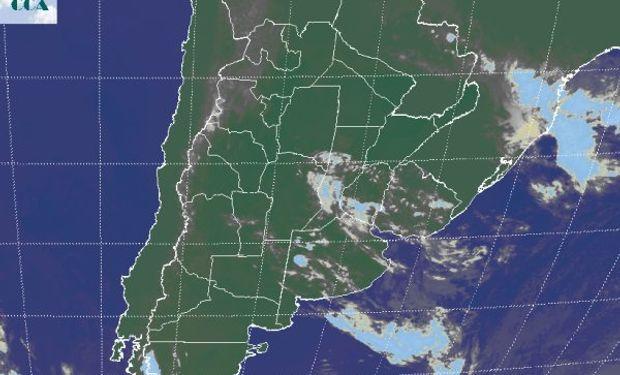 La imagen satelital vuelve a mostrar el pasaje de algunas nubes de escaso desarrollo.