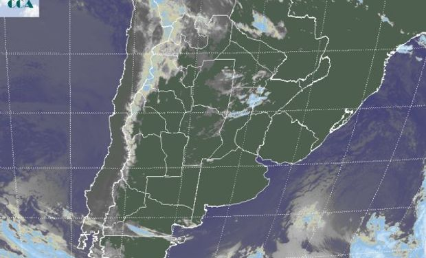 En la imagen satelital se observan nubes bajas en el NOA las cuales se proyectan hacia el norte de la región pampeana y el NEA.