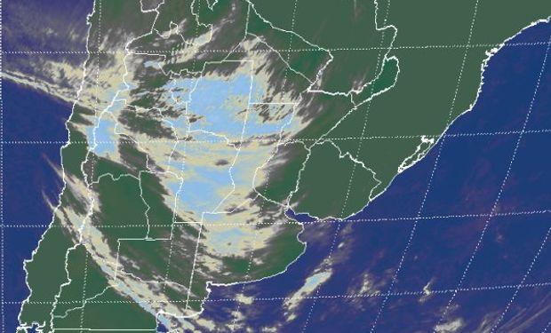 La nubosidad que muestra la imagen satelital, revela el importante aumento de humedad en las capas bajas de la atmósfera.