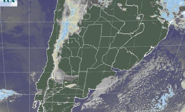 En la imagen satelital, se destaca la cobertura de nubes bajas que ha protegido al sudeste de BA de un descenso térmico de mayor riesgo.