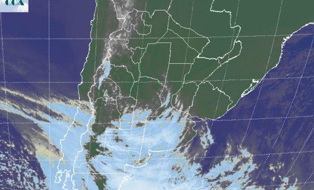En el recorte de imagen satelital, se aprecia una importante cobertura nubosa que desde el oeste avanza sobre La Pampa y Buenos Aires.