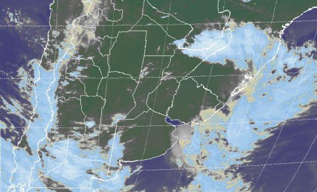 En la imagen satelital, se aprecia el desplazamiento hacia el este de la zona de mal tiempo.