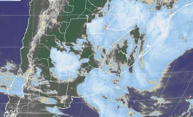 En la imagen satelital se puede observar un vasto sector con coberturas de buen desarrollo sobre el este del país, zonas de Brasil y Uruguay.