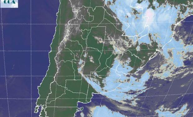 En la foto satelital, se aprecia con claridad el corrimiento de las coberturas nubosas hacia el este.