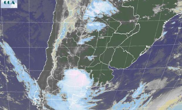 En la imagen satelital pueden advertirse importantes desarrollos nubosos que afectan el sudoeste de la región pampeana y el norte patagónico.