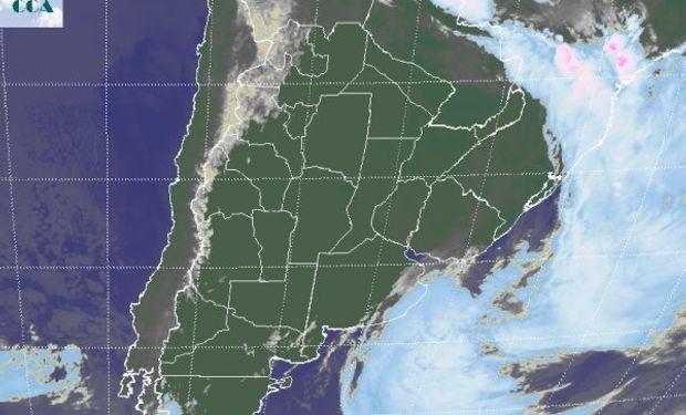 En el recorte de imagen satelital se observa como la intensa circulación del sudoeste ha forzado al sistema frontal a desplazarse rápidamente hacia el este.