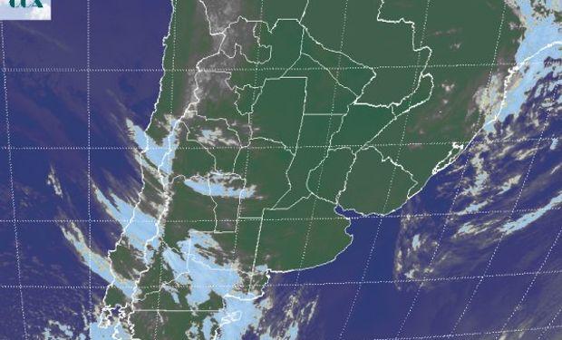 En el recorte de imagen satelital, se aprecia el avance de una perturbación desde el oeste, la cual genera coberturas en el norte de la Patagonia.