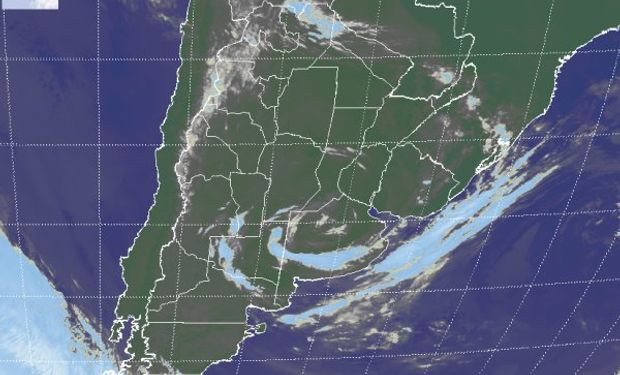 En la imagen satelital se aprecia como la nubosidad se va cerrando sobre el centro del sistema de baja presión en la zona central de la provincia de BA.