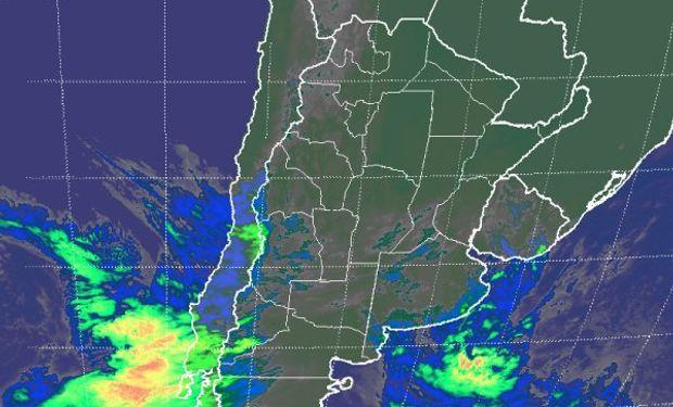 En el recorte de imagen satelital se aprecian perturbaciones que avanzan sobre el norte de la Patagonia.
