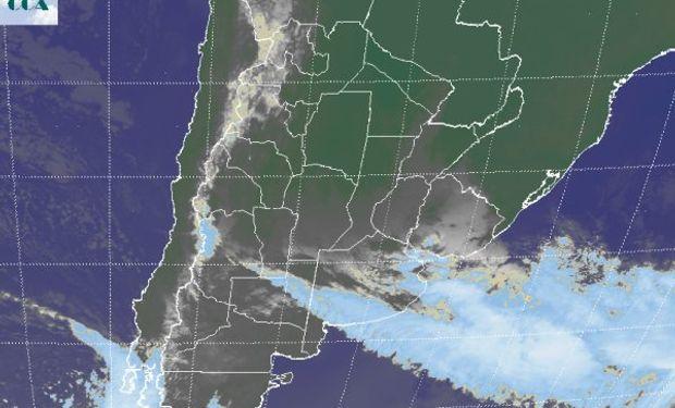 En el recorte de imagen satelital se aprecia un vasto despliegue de nubes bajas.