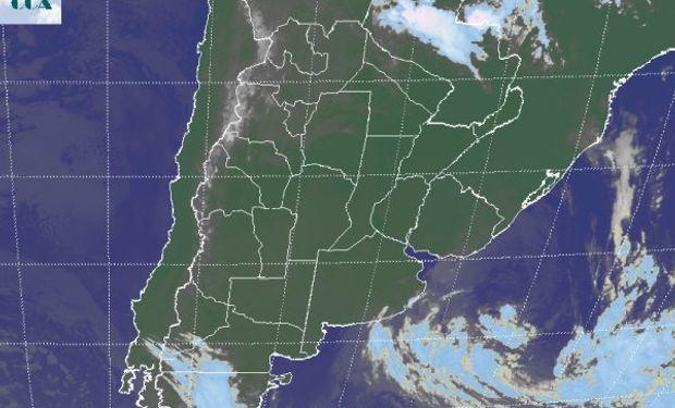 Se observa la nubosidad que sale sobre las costas del sudeste de BA, acompañando el desplazamiento hacia el océano del sistema de baja presión.