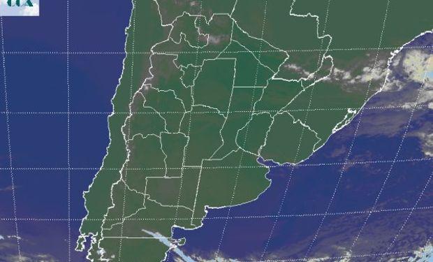 La foto satelital no destaca las nubes bajas que cubren buena parte del NOA y la provincia de Santiago del Estero.