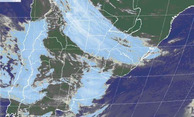 En el recorte de imagen satelital se aprecia un gran despliegue de nubosidad afectando en forma diferenciada dos zonas del país.