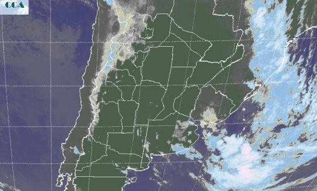 En la imagen satelital, puede apreciarse la salida del sistema de baja presión hacia el océano, donde aún se muestra muy activo.