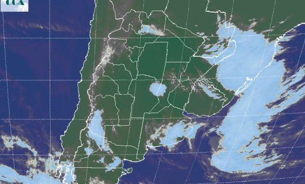 Se observa el desplazamiento del sistema de tiempo principal hacia el este, con el sistema de baja presión curvándose sobre el sudeste de BA.