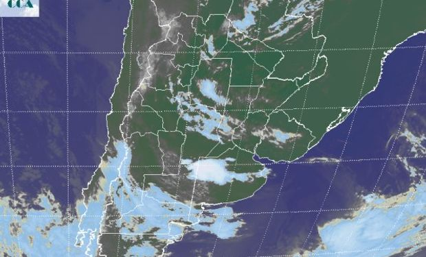 La foto satelital muestra una celda de tormenta conspicua en un área relativamente reducida al sur del partido de Villegas y sobre Carlos Tejedor. Se espera que estas tormentas se desplacen hacia el este sudeste.