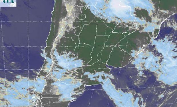 La foto satelital presenta un vasto sector sobre el centro del país donde las nubes no alcanzan un desarrollo suficiente como para ser coloreadas.