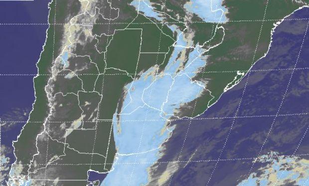 En el recorte de imagen satelital se observa una extendida zona donde la nubosidad se despliega sin mayores variantes en cuanto a su desarrollo.