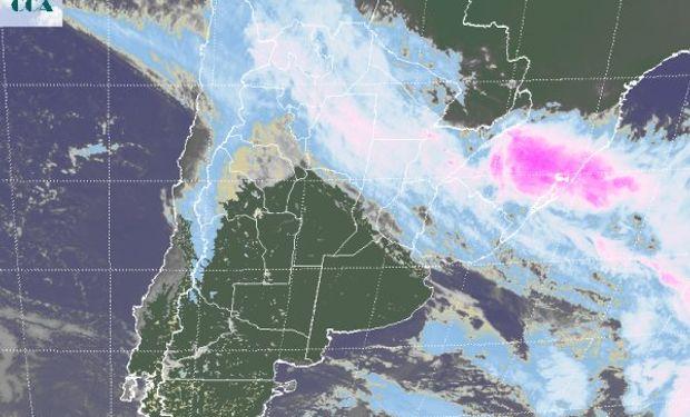 En el recorte de imagen satelital se aprecia en forma clara el desplazamiento de la zona de mal tiempo hacia el norte del país.