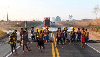 Indígenas bloquean la BR-163, una ruta clave para la soja y el maíz en Brasil: qué reclaman