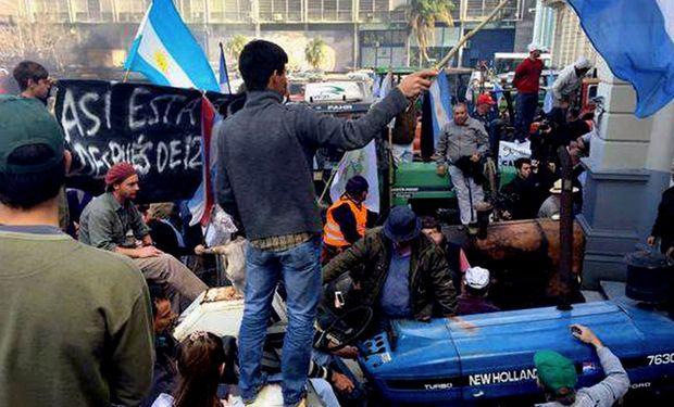 Productores con sus tractores en la marcha. Foto: DyN