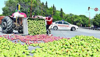 Protesta de agricultores: bloquean pozos petroleros