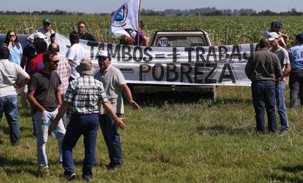 Tamberos, ayer, en el corte cercano a Villa María; sostienen que les pagan menos que sus costos de producción.Foto:Diego Lima