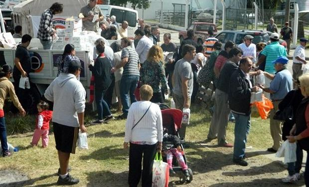 En Tandil, una multitud fue hasta el lugar donde regalaron leche.Foto:C. Mar y Sierras.