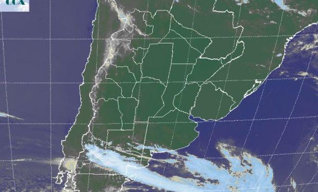 La foto satelital presenta cielos despejados en gran parte del centro norte del país, evidenciándose la posición frontal en el norte de la Patagonia.