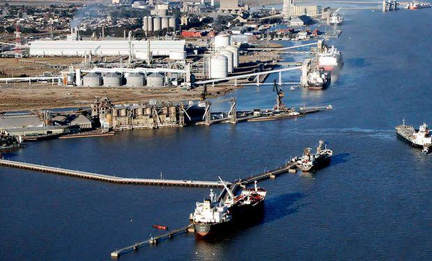 Bahía Blanca: hay 10 buques esperando cargar granos y malta por el paro de transportistas