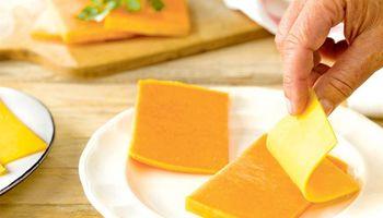 Prohíben la elaboración y comercialización de una marca de queso Tybo por contaminación