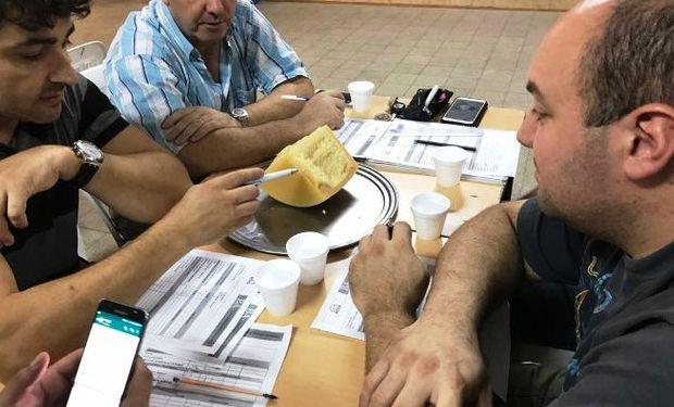 Capacitación en Luján para los jurados que participan en catas y concursos de quesos en el territorio provincial.