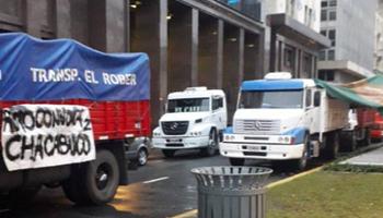 Sorpresiva protesta de transportistas en Plaza de Mayo: piden ser recibidos por el Presidente