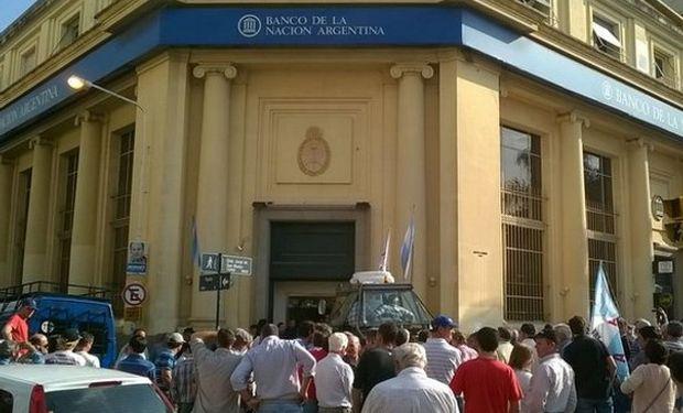 La manifestación comenzó cuando los productores instalaron un tractor frente a la puerta de ingreso de la entidad bancaria.