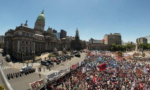 El congreso de la Nación fue rodeado por manifestantes y Gendarmería.