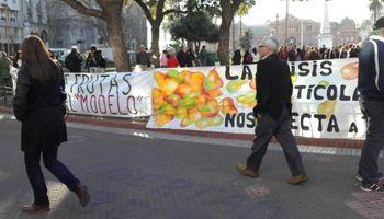 Regalan 10 mil kilos de frutas en Plaza de Mayo