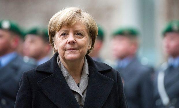 Angela Merkel conversó ayer por teléfono con François Hollande y hoy lo recibirá en Berlín para tratar la crisis europea.