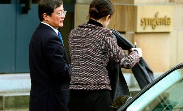 Ren Jianxin (izq), presidente de ChemChina, llega a la sede de Syngenta en Basilea el 3 de febrero de 2016. Foto: Reuters.