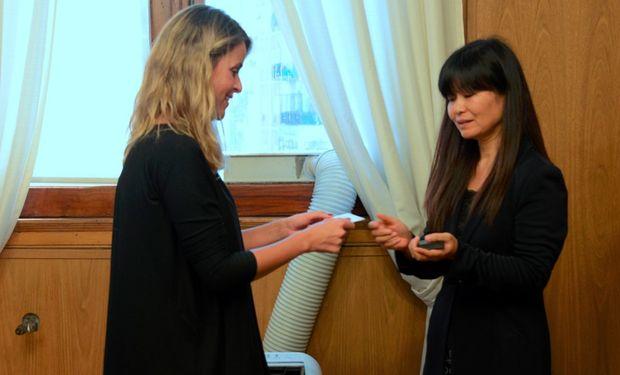 La secretaria Marisa Bircher junto a Kaori Asada.